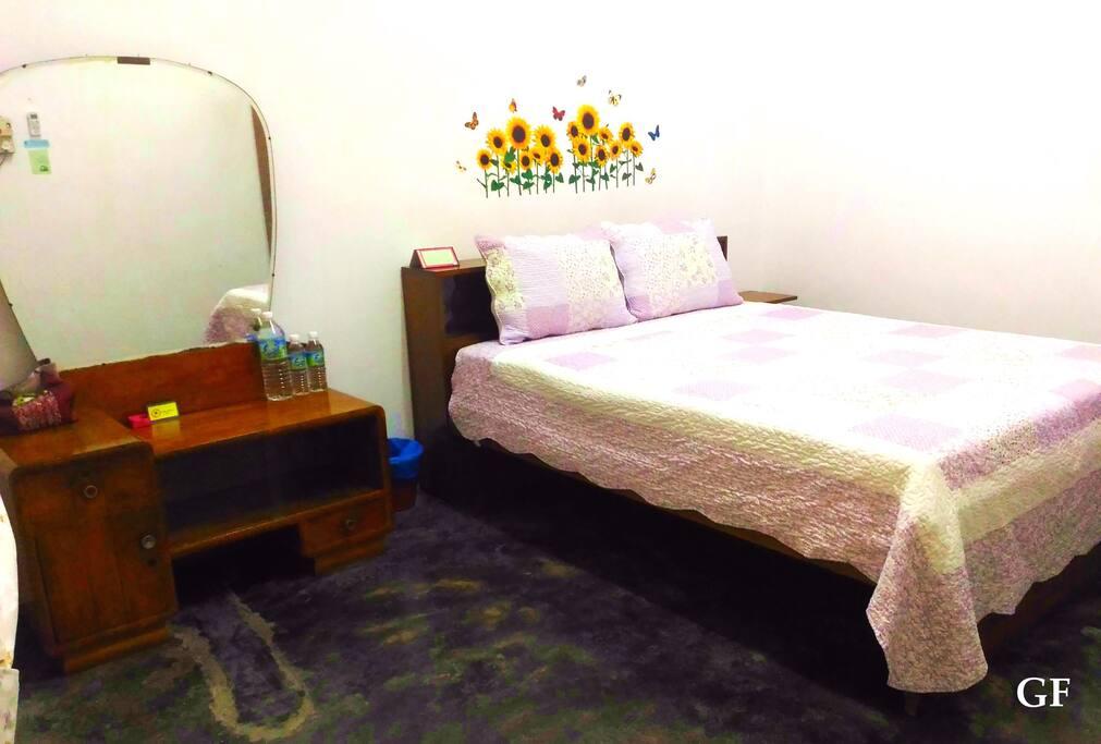(楼下) 主人卧房:这是老前屋主的结婚套房家具,良木实心,难得一件的木制手工家具。 (GF) Master Bedroom: This is the marriage suite furniture of former owner.