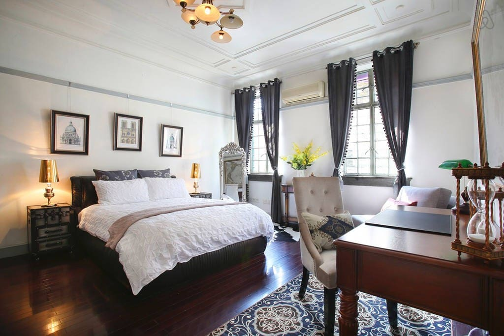 Luxurious queen bed in the bedroom with high-end bedding. 宽敞的双人床,舒适的厚厚的床垫,让您绝对睡的舒适 Show pho