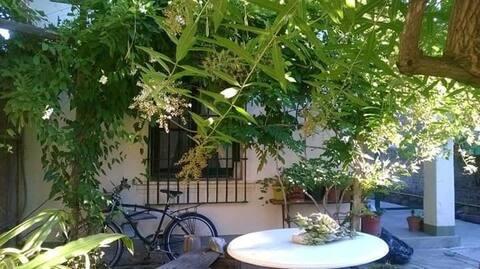 Casa de Luis y Miriam. Ambiente con baño privado