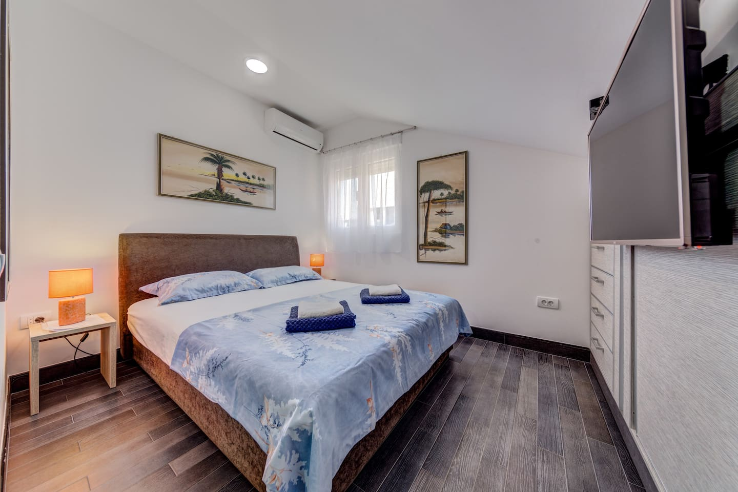 Stefano room with private bathroom is ideal for those who prefer to travel in couples.