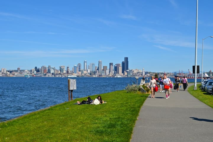 We are 4 blocks away from this lovely waterfront bike/walk path with the best view of the city and a 10 minute water taxi ride to downtown (week-day only during winter schedule).  4 adult bikes and 2 kids bikes available for your use