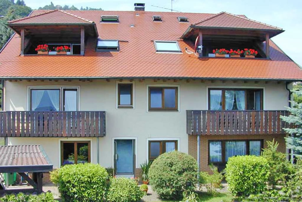 Haus zur Seeseite hin. Der Balkon dieser Wohnung liegt rechts