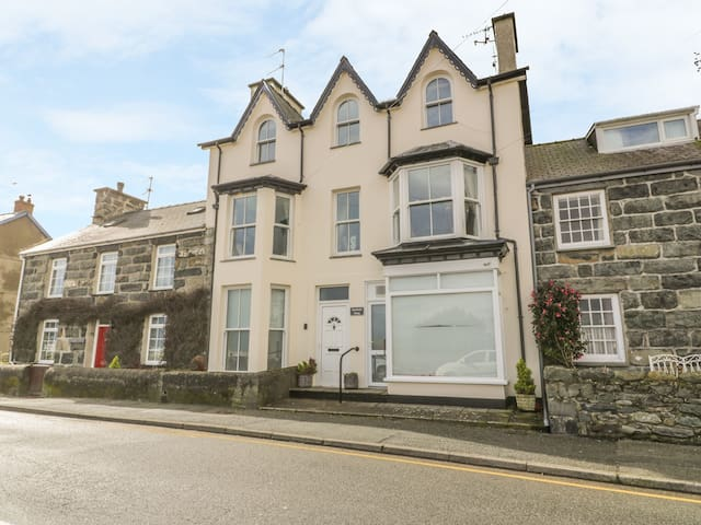 HARLECH VIEW, family friendly, with a garden in Criccieth, Ref 976616