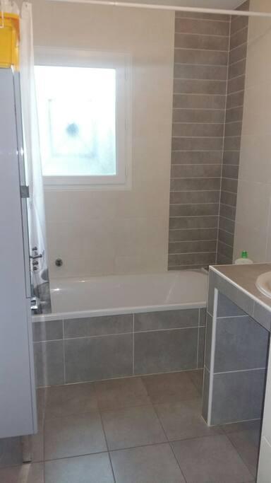 Salle de bain entièrement dédiée aux visiteurs