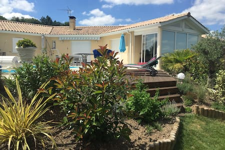 Chambres belle maison avec piscine - Lagorce - Bed & Breakfast