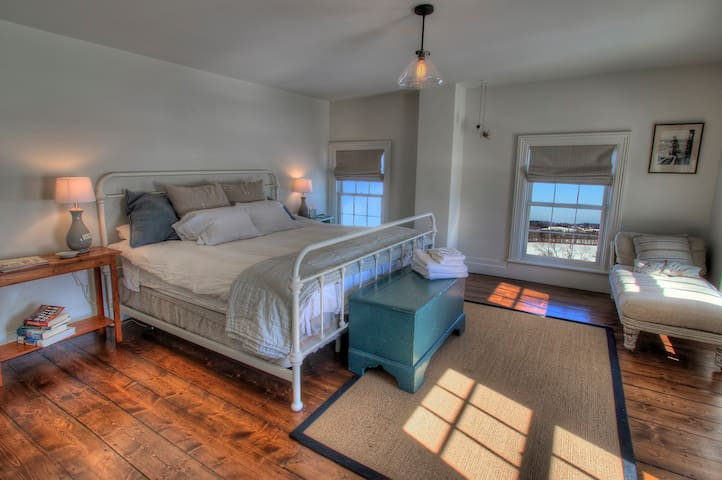 King Bedroom at Mud Creek Farmhouse - Hudson - Talo