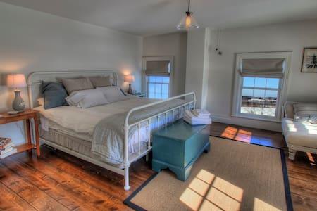 King Bedroom at Mud Creek Farmhouse - Hudson - Casa