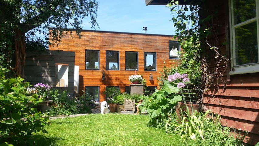 Beautiful houseboat with garden case galleggianti in for Case affitto amsterdam economici