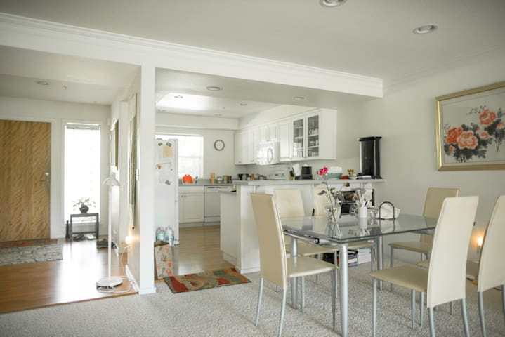 Comfy Bedroom/bath @ Kirkland downtown - Kirkland - Appartement en résidence
