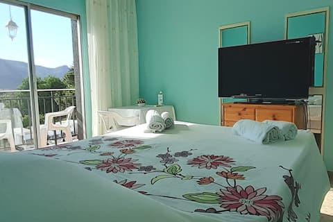 Rummelig og behagelig suite med privat balkon