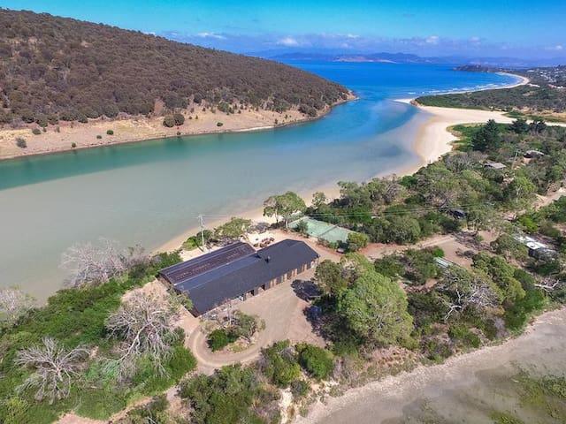Steeles Island Retreat Homestead