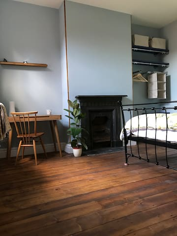 Beautiful double bedroom located in a lovingly restored Victorian town house in a friendly and diverse area close to Media City, the Universities, Old Trafford Football & Cricket Stadiums and Manchester City Centre