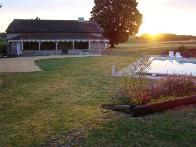 Puymiclan, vieille ferme rénovée, grande piscine
