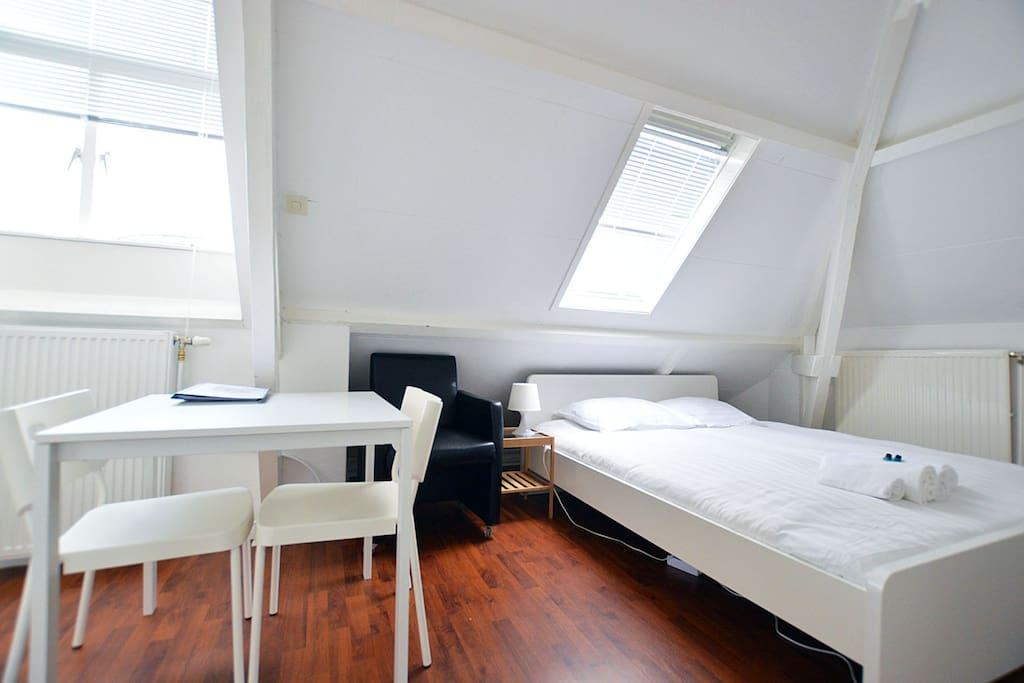 chambre mansard e confortable maisons louer amsterdam noord holland pays bas. Black Bedroom Furniture Sets. Home Design Ideas