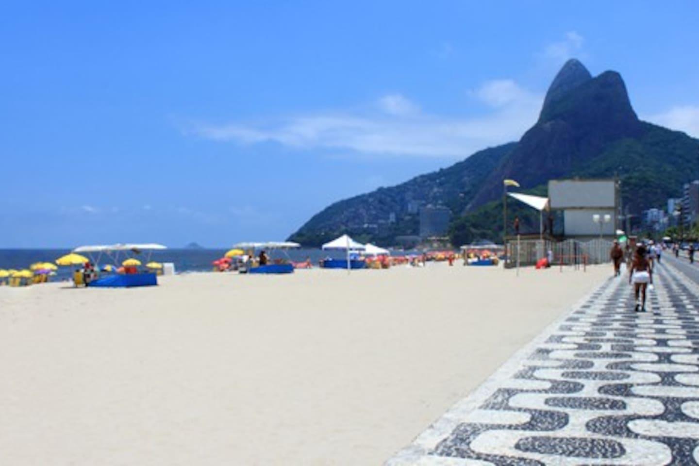 A uma quadra da praia de Ipanema, entre postos 8 e 9.