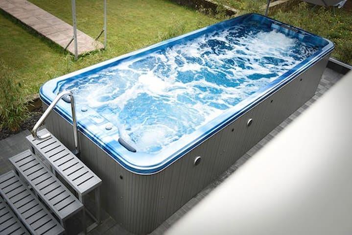 Spa de nage 6 M de longueur avec 2 places massant.