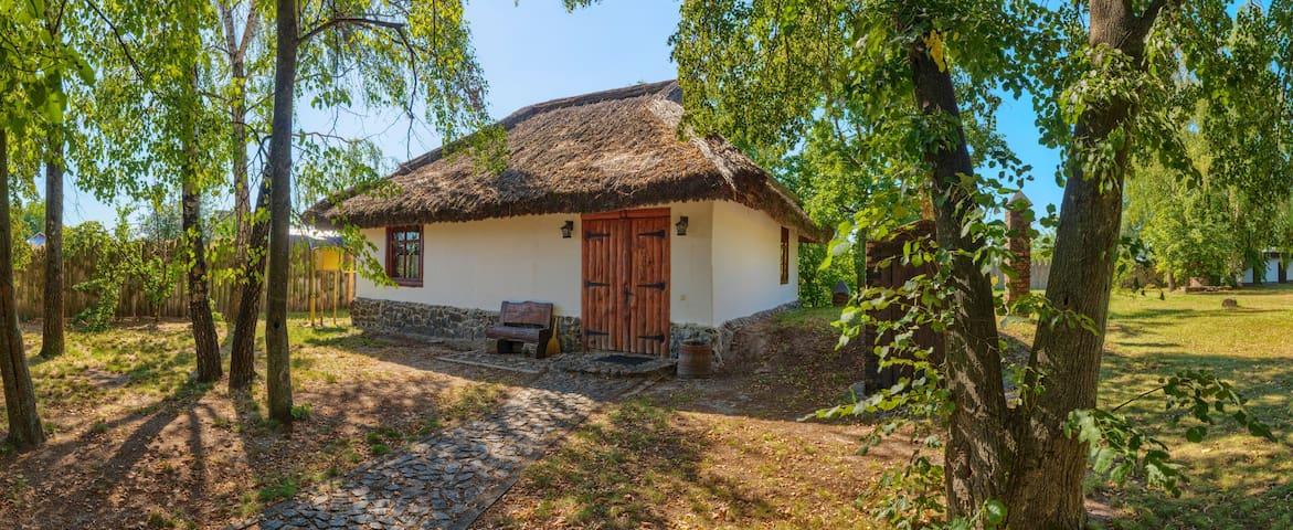 Дом # 2 с большим двором на берегу реки