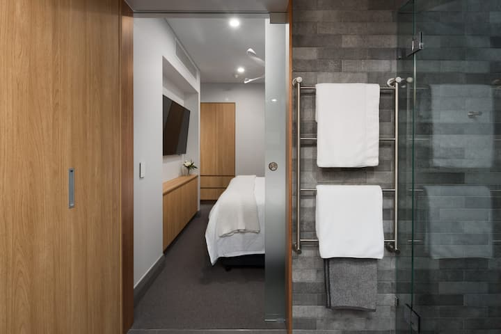 Luxury Suite 1 Bedroom Apartment Cairns CBD