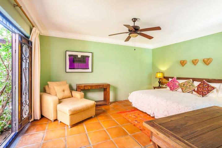 La habitación puede ir en king o en 2 individuales. Vista al patio central.