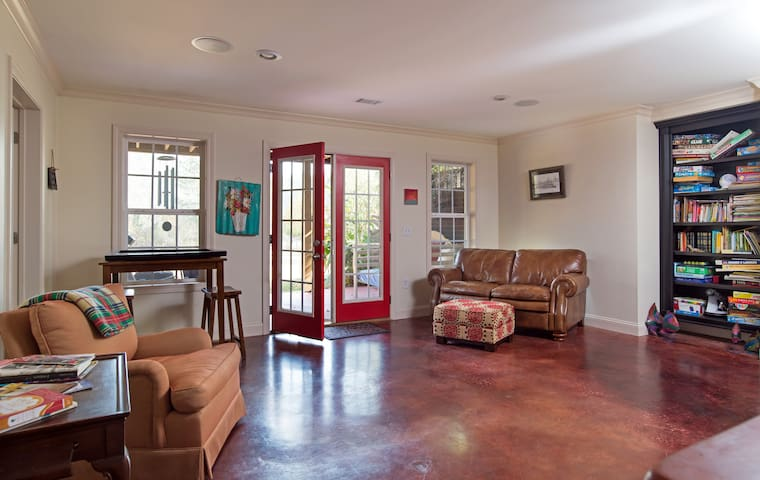 Peaceful Southern Charm in the Classic City Enjoy!