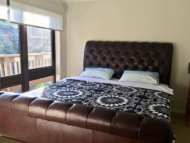 8.A master bedroom in Greensborough - Greensborough - House