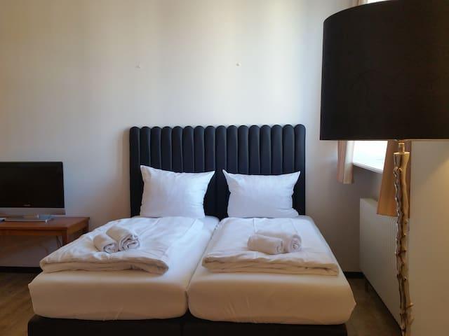 Vierbettzimmer mit 2 Doppelbetten und Bad
