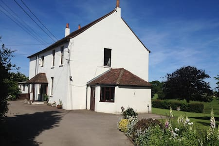 Traditional Farmhouse Accommodation - Thurnham - Bed & Breakfast