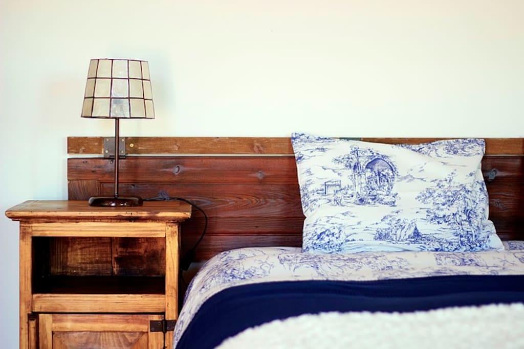 O quarto é luminoso espaçoso e super confortável. Com aquecimento ou ar condicionado ou brisa que entra pela varanda, consoante as preferências.