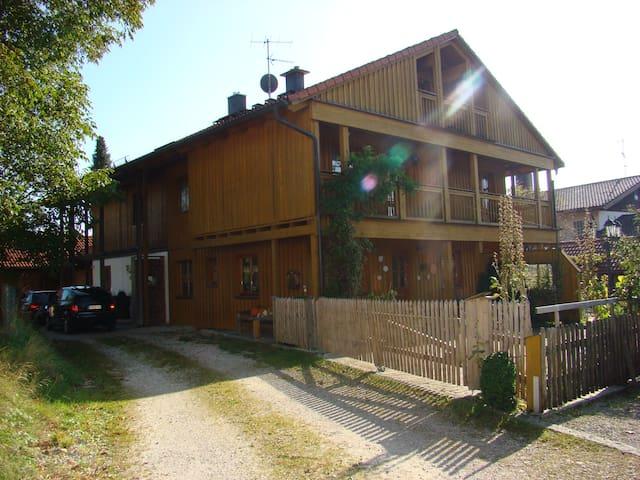 Dachgeschoss im Holzhaus m. Balkon - Egling - Bed & Breakfast