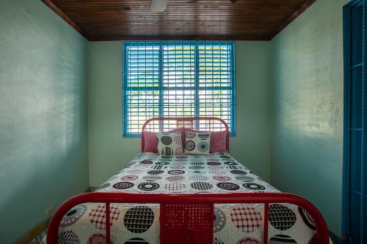 Habitación con cama doble en el primer nivel