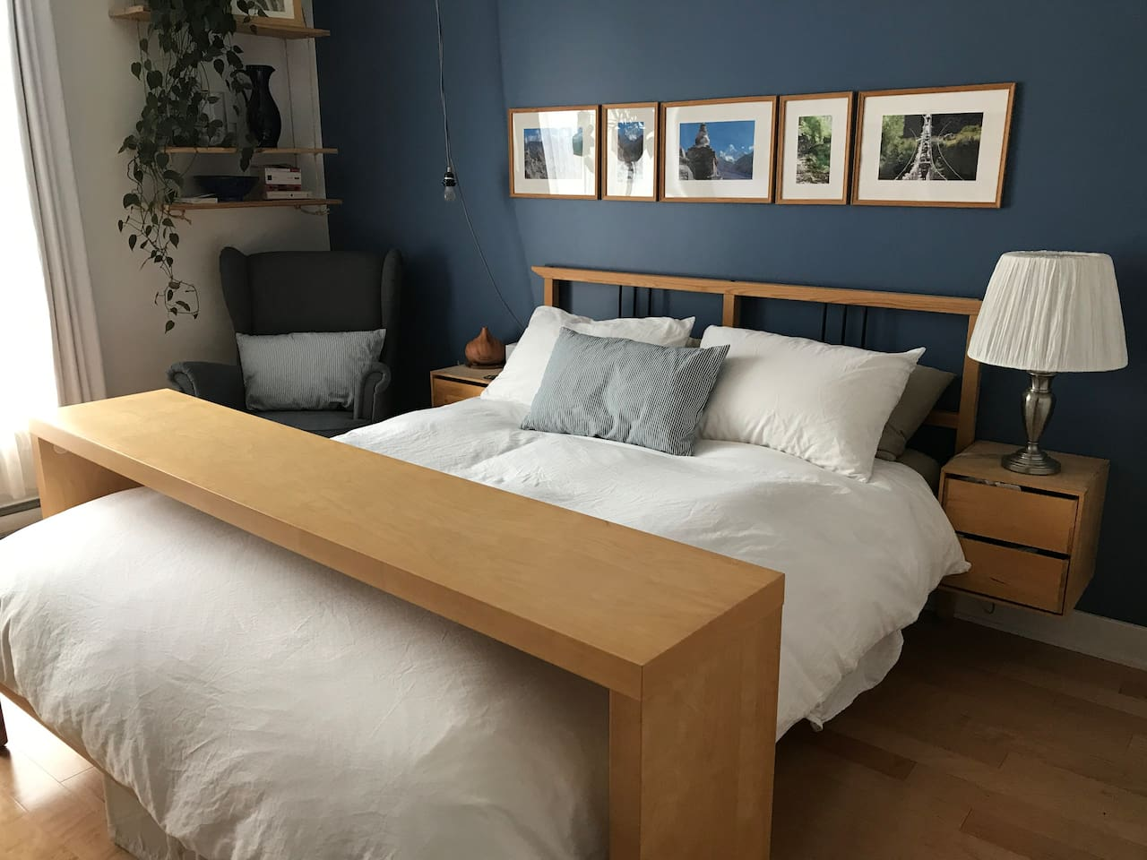 Perfect, very cozy room with queen bed, Smart TV and desk in room. High speed internet. Bed, sheets duvet, pillows, everything is cleaned before your arrival.