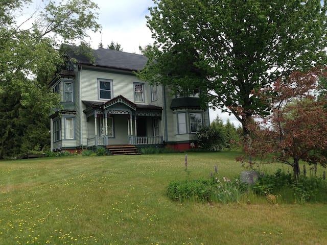 Queen Ann Victorian in the heart of midcoast Maine - Warren - Ev