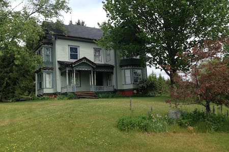 Queen Ann Victorian in the heart of midcoast Maine - Warren - House