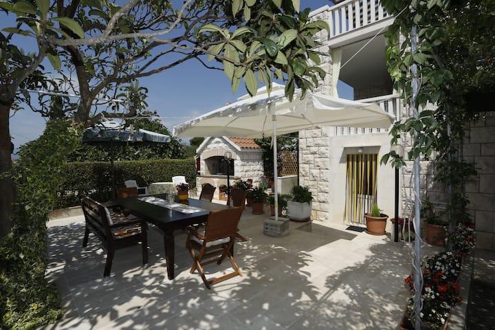 Studio apartment Jozi - private parking and free grill: SA4(2) Supetar, Island Brac
