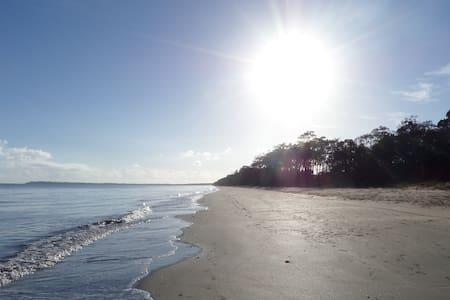 Rest and Relax by the beach. - Dundowran Beach - 公寓