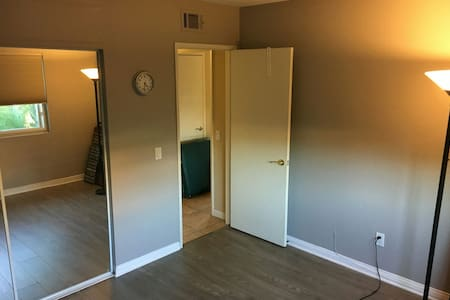 Happy Couple renting spare bedroom - San Marcos