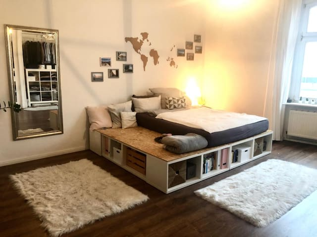Bright spacious room in Central Berlin (+balcony)