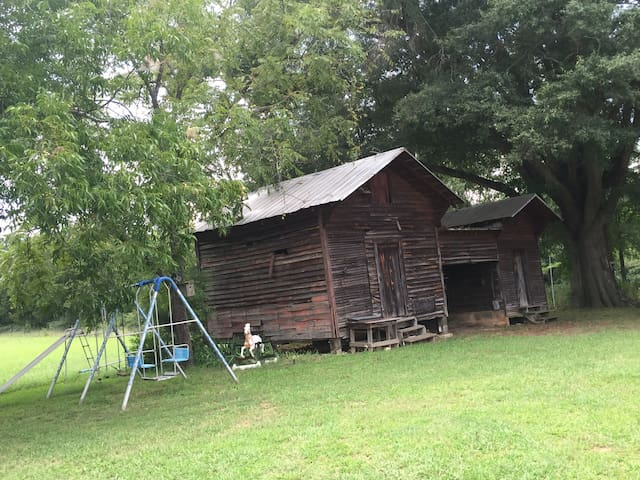 Country on a Budget Sleep n Barn/Grainery/Corncrib