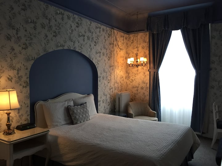 One queen bed room