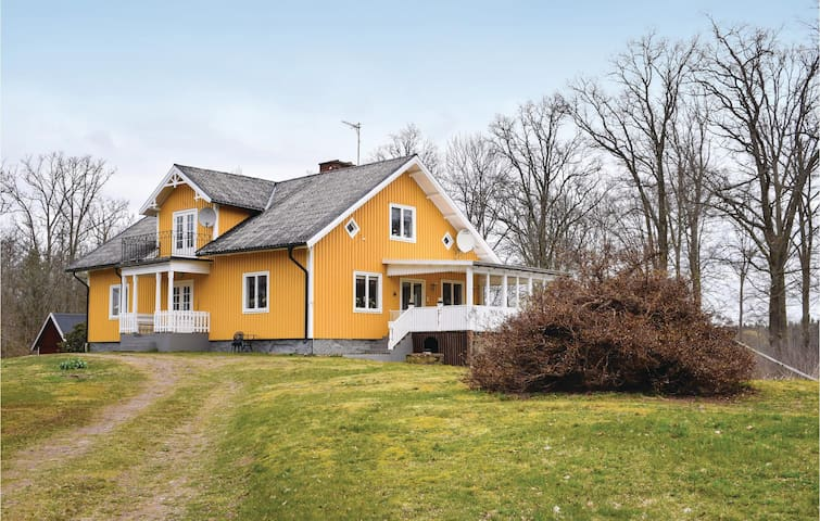 Holiday cottage with 5 bedrooms on 200m² in Blomstermåla