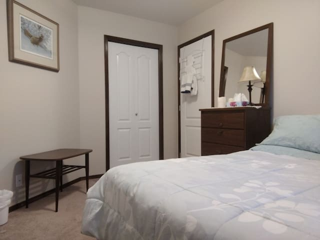 Cozy Bedroom in Private Home (R), Red Deer North