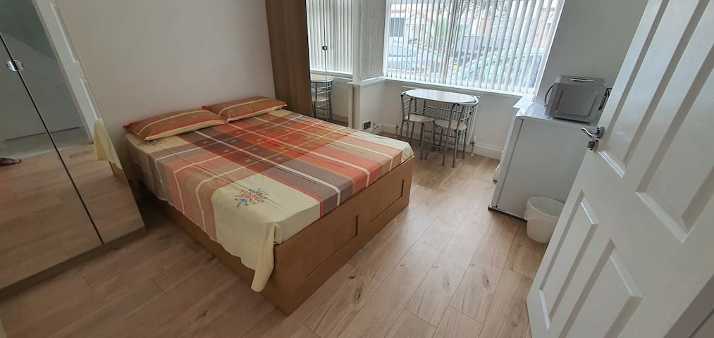 Beautiful private double bedroom near Heathrow
