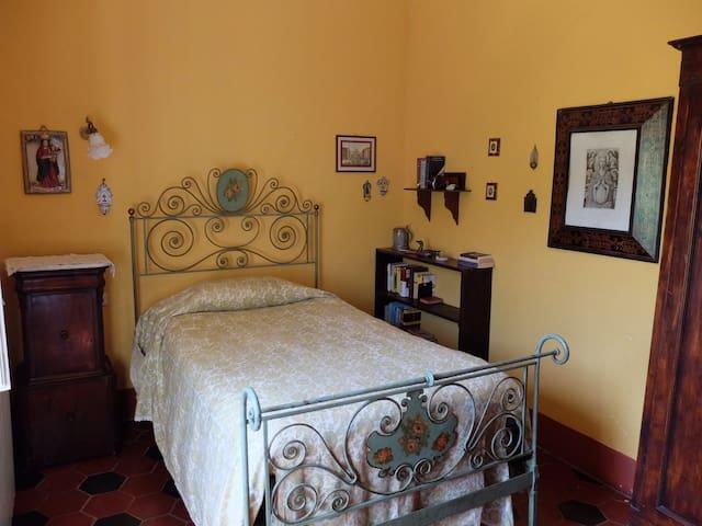 Santa Mustiola: camera singola su giardino
