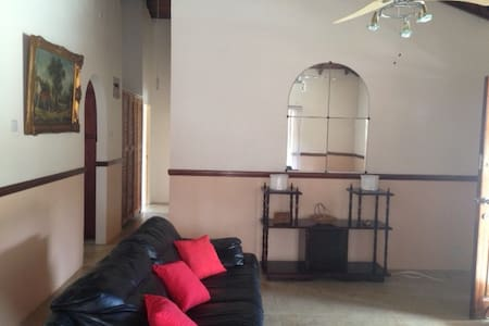 Three Bedroomed Apartment conveniently located - Castries City - Apartamento