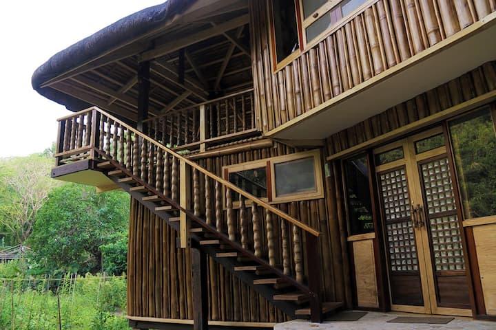 Lotus Valley Farm (giant-bamboo hut)