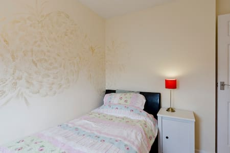 Peaceful private one bedroom WIFI - Earley - Casa