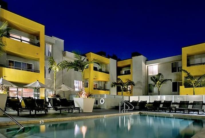 Steps from shopping and nightlife - West Hollywood