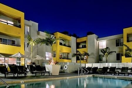 Steps from shopping and nightlife - West Hollywood - Apartamento