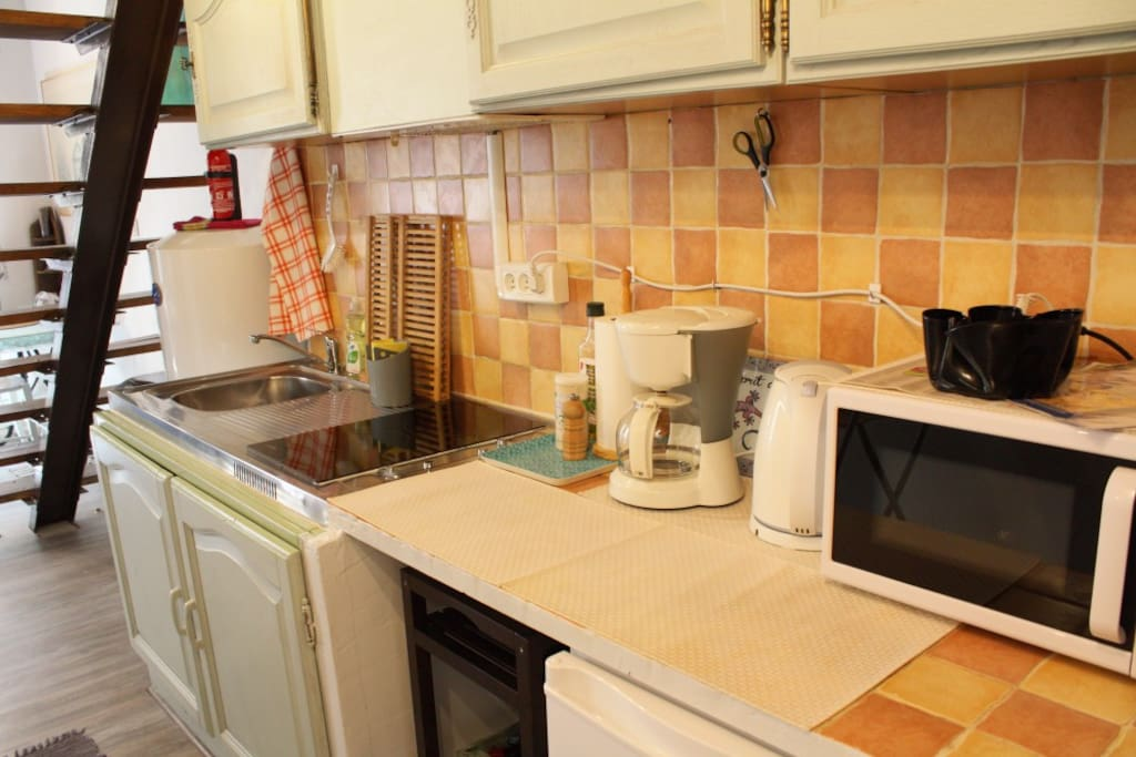 The kitchenette with its basic conveniences: two modern ceramic hobs, a water boiler, a coffee maker, a microwave oven and a refrigerator (including a small freezer compartment). Olive oil, sel and pepper provided, as well as some kitchen roll.