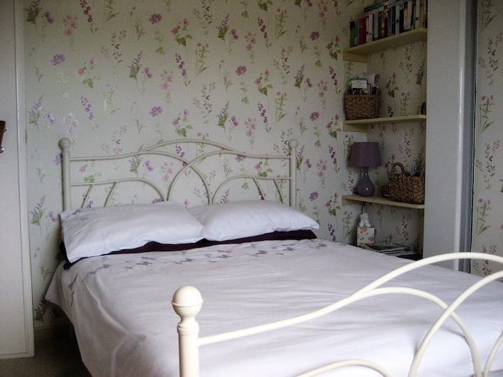 YORK - Pretty bedroom in riverside country village